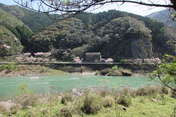①対岸から見た鶴之湯旅館