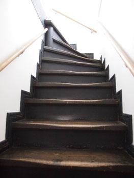 28-2-旧登米警察署2階に続く急な階段-s