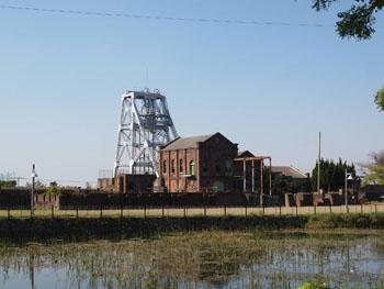 50-1-往時の姿を留める三池炭鉱万田坑遠景-s