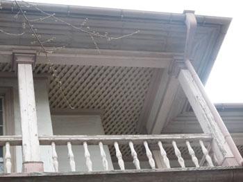 32-3-外からヴェランダ部分の網代天井が確認できる。-s