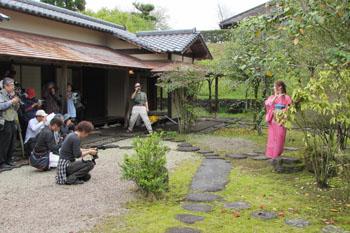 写真①茶室の庭で