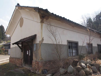 25-1-土蔵造の旧木工室。後年は事務所としても使用された。-s