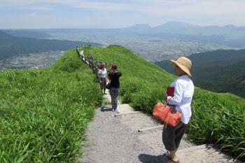 写真①外輪山から阿蘇五岳方面を眺める