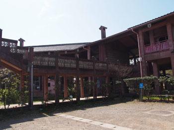 42-2-柱と梁、屋根で構成された建物ながら、それぞれが警戒に組み合わされている。-s