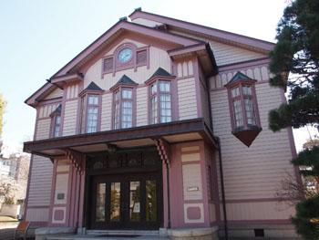 繊維産業の城下町・上田を代表する講堂建築。