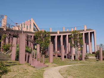 41-4-進修館野外広場部分はコンサートなどの目的を想定してスリバチ状になっている。-s