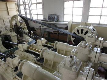 47-4-機械類は、三池港開港時から修理を重ね稼働を続けている。-s
