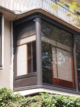 40-3-2階窓周り拡大。内部が和室であることが障子から分かる。-s