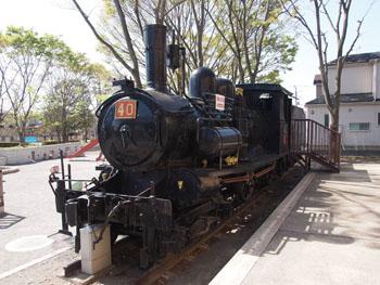 43-2-石炭車を後ろに牽引するテンダ式機関車だが、排煙板を設けない、初期の形式の名残を留めている。-s