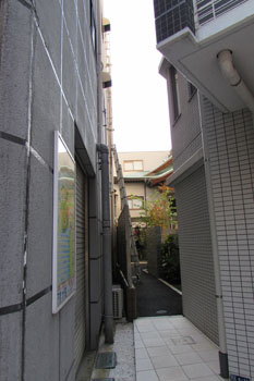 ②路地の奥に寺が