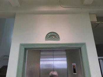 36-3-竣工当時置かれていたエレベータのデザインを踏襲