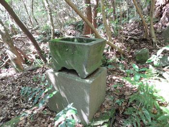 51-3-龍湖瀬坑・戦時中に再度採掘されていた際の山神社の痕跡-s