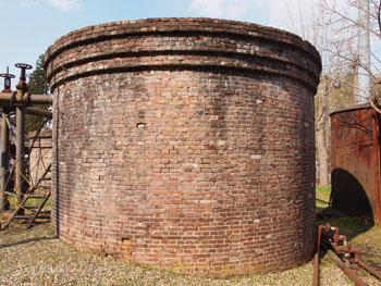 25-3-特徴的な丸みを帯びた煉瓦造濾過池-s
