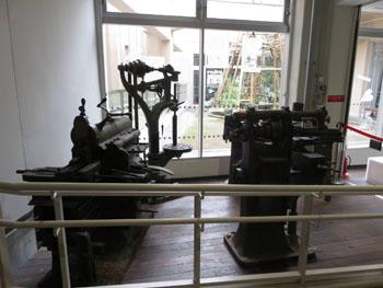 36-2-神戸市立生絲検査所時代に使用されていた各種機械を保存で指定している