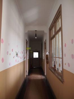 035-2-建物規模から考えると窮屈な廊下-s