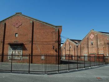 38-3-改修前の築港赤レンガ倉庫、住友マークが付いている(2011年3月撮影)