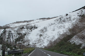 写真②峠路に雪がいっぱい