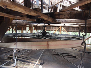 24-2-天井からつり下げられている薬研車-s