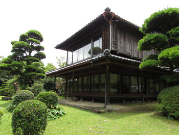 写真①中庭から見た赤松館