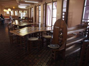 41-3-内装も当時のままで、オーダーメイドの家具が人間味あふれる曲線を描く。そこかしこにコンセプトの「ぶどう」が見え隠れ。-s