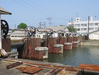 47-2-港内水量調整用の水門-s