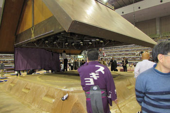 写真⑤吊り屋根が下ろされる
