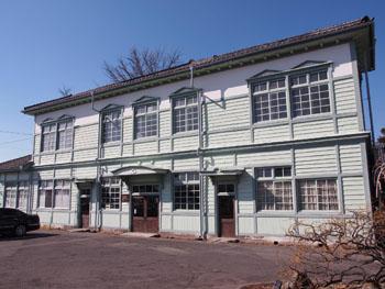 上田蚕種協業組合事務棟。大正期の造りながら、窓が大ぶりで和洋折衷の趣も。