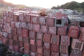 写真②漁港に置かれているタコツボ