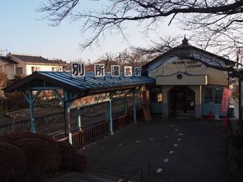 平屋建ての簡素な建物ながら、洋風デザインを施した別所温泉駅