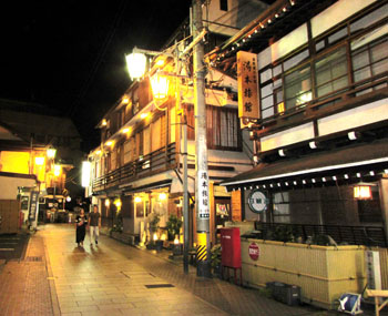 写真①夜の温泉街