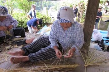写真②藁を綯う作業中