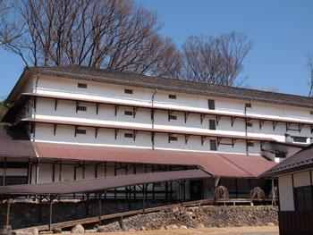 常田館製糸場倉庫、木造5階建の倉庫は、城郭以外の高層木造建造物として貴重。