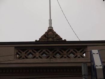 33-2-避雷針を兼ねた正面パラペットの飾り-s