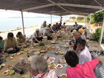 写真③島での酒宴