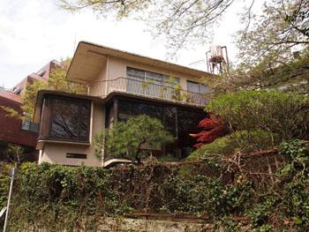 40-1-山田守自邸。築山があるため、3階建てであるにもかかわらずボリューム感が目立たない。-s