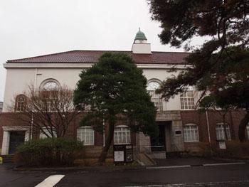 31-1-東北大学史料館の正面は木々で覆われ写真が撮りづらい。-s