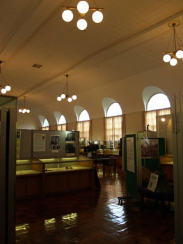 31-3-内部は広々としており旧図書館時代の雰囲気を留める(この写真のみ2010年8月撮影)-s